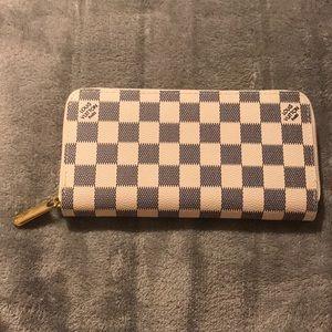 • Louis Vuitton Zippy Wallet •